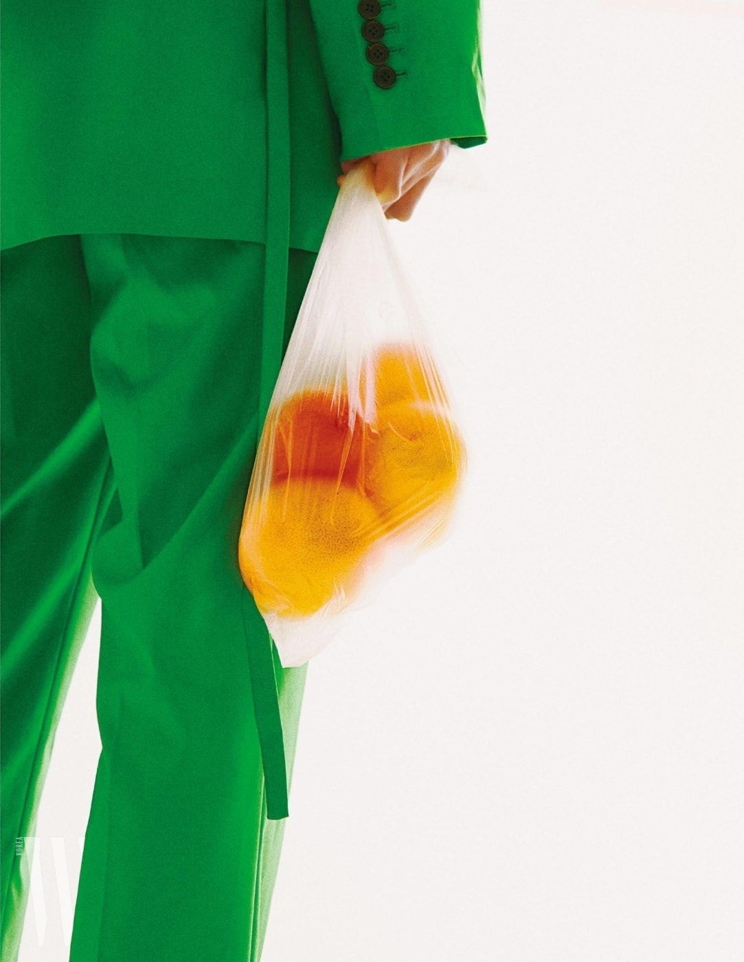 초록색 슈트는 Nohant, 노란색 니트는 Boss, 스니커즈는 Dior Homme 제품.