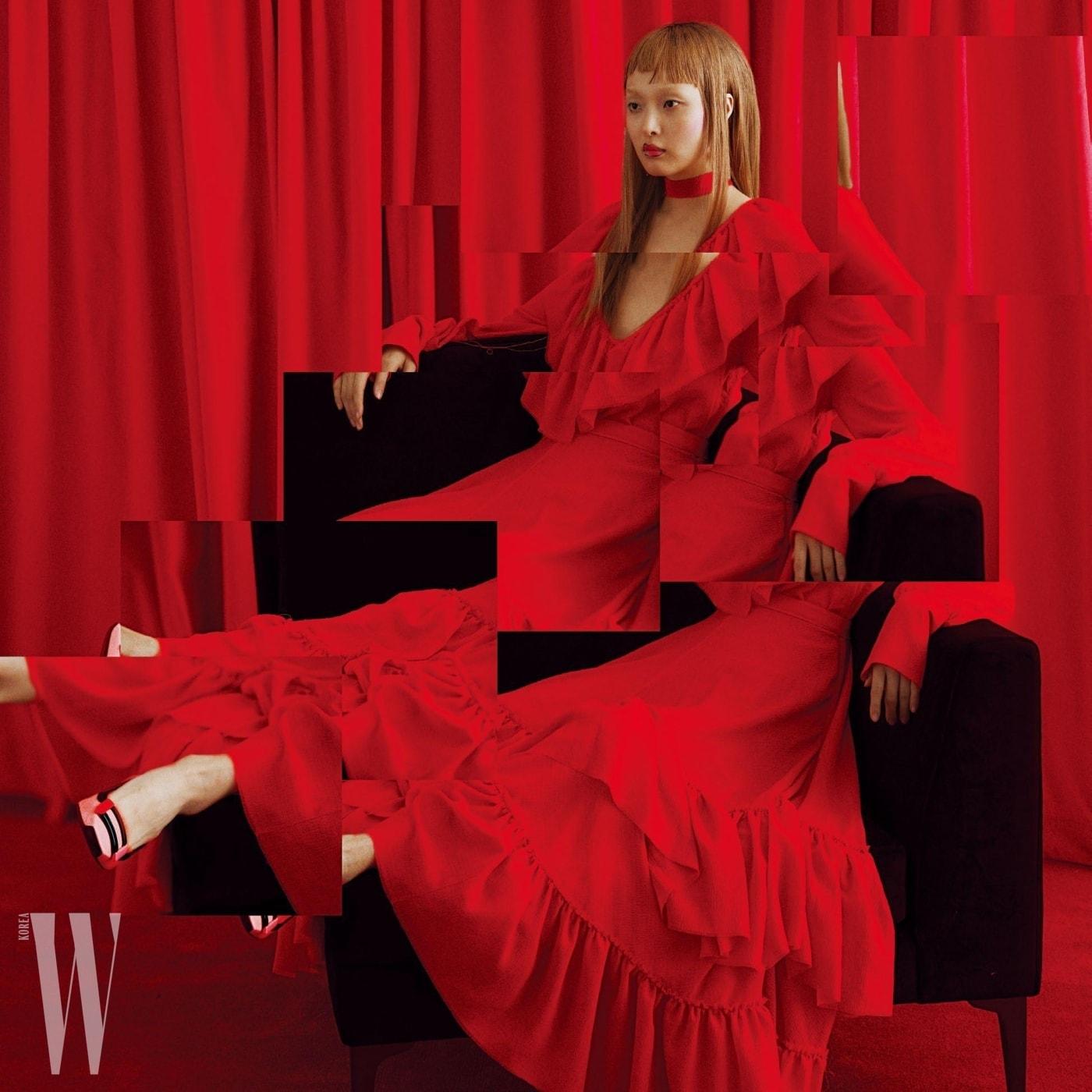 러플 드레스는 Rejina Pyo, 슈즈는 Roger Vivier 제품.