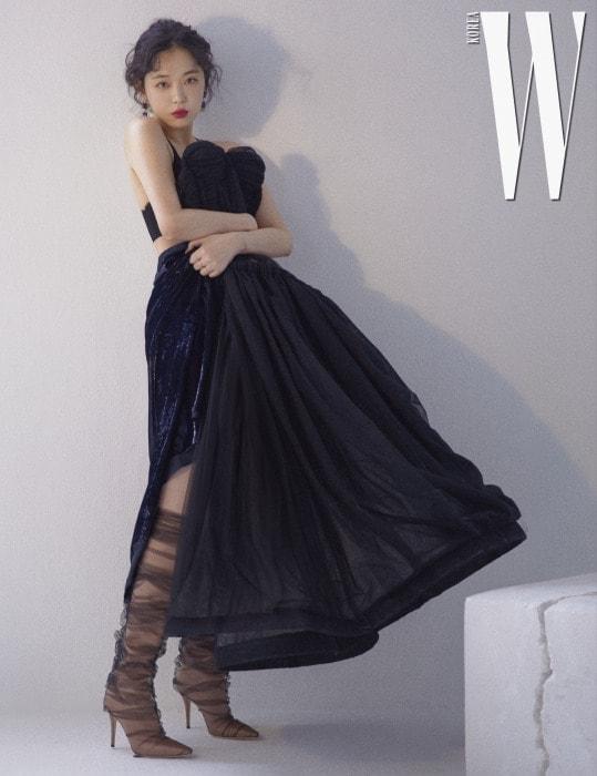샤를 덧씌운 누드 새틴 부츠는 JimmyChoo×Off-White 제품. 풍성한 튜브톱 드레스는 Off-White, 네이비 시퀸 드레스는 NinaRicci, 주얼 장식 귀고리는 Kate n Kelly.