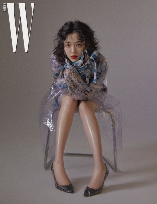 투명한 PVC 소재로 덧싼 힐은 JimmyChoo×Off-White 제품. PVC 소재 코트는 Burberry, 잔잔한 꽃무늬 블라우스와 베스트, 쇼츠는 모두 Louis Vuitton 제품.