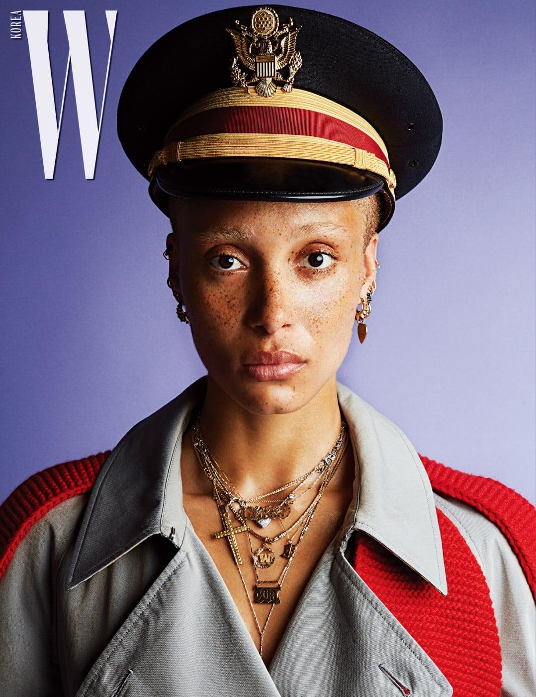 붉은색 니트 장식이 돋보이는 트렌치코트는 Burberry 제품. 밀리터리 모자는 스타일리스트 소장품.