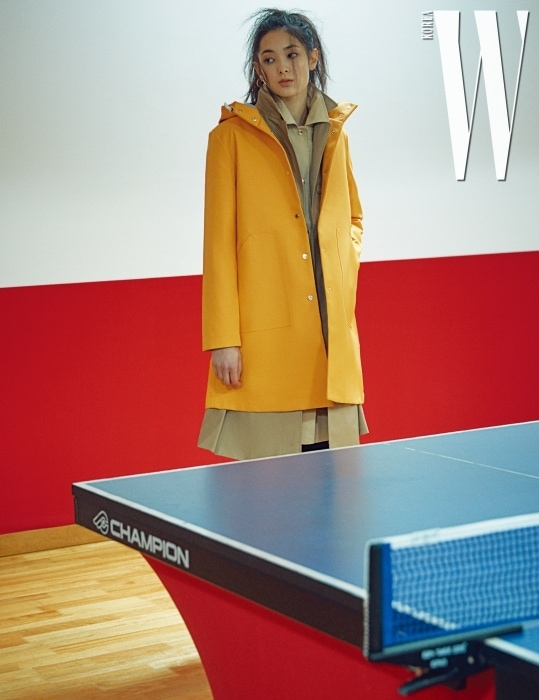 노란색 레인코트, 베이지색 트렌치코트, 재킷, 검정 팬츠는 모두 Tommy Hilfiger 제품.