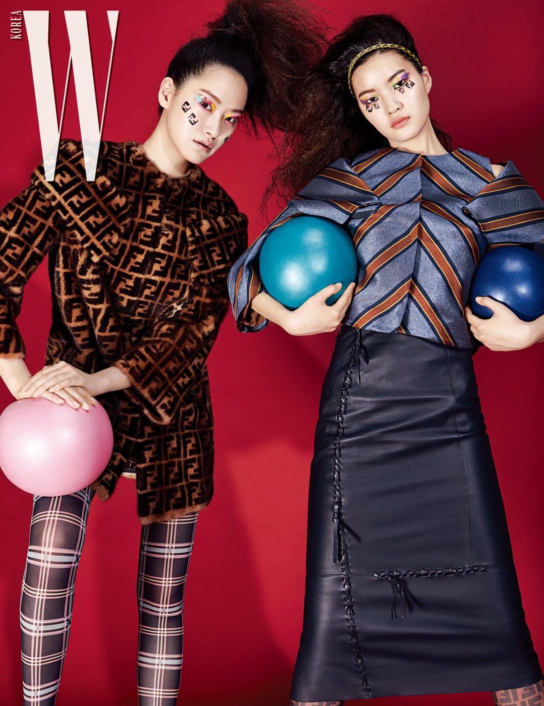 퐁리가 입은 FF 로고 패턴의 구조적인 퍼 코트, 체크무늬 사이하이 부츠, 서유진이 입은 그래픽 패턴 재킷, 가죽 스커트, FF 로고 부츠는 모두 Fendi 제품.