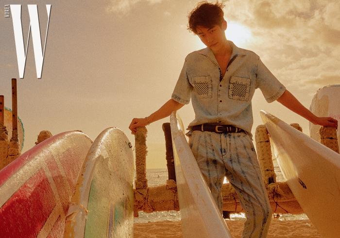 데님 셔츠와 팬츠, 나파 벨트는 모두 Bottega Veneta 제품.