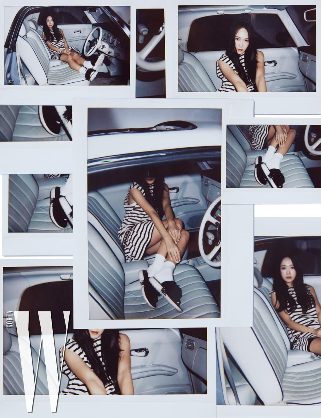 허리 부분의 폼폼 장식이 귀여운 줄무늬 프린트 드레스와 폼폼 장식 스포츠 샌들은 Marc Jacobs 제품.