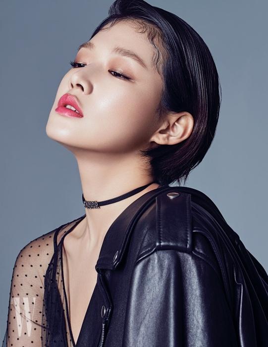 시스루 드레스와 레더 초커는 Dior, 레더 라이더 재킷은 Instantfunk 제품.