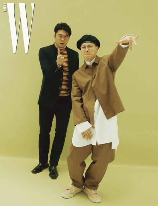 최자가 입은 재킷과 줄무늬 터틀넥은 뮌, wkorea.com_081 팬츠는 맨온더분, 슈즈는 오디너리 피플 제품. 개코가 입은 재킷과 팬츠, 롱 셔츠는 모두 로리앳, 슈즈는 오디너리 피플 제품.