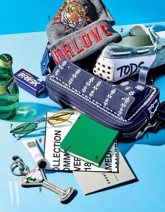 1. 대담한 자수 장식의 비니는 Zara 제품. 2. 로고 장식의 스웨이드 소재 고미노 슈즈는 Tod's 제품. 3. 섬세한 비즈 장식의 푸른색 벨트 백은 Valentino 제품. 4. 초록빛 가죽 커버의 노트는 Moleskine 제품. 5. 마티니가 든 잔을 모티프로 한 가죽 참 장식은 Fendi 제품. 6. 영양 공급과 진정 효과를 통해 부드럽고 촉촉한 입술로 가꿔주는 너리싱 립밤은 Diptyque 제품. 7. 컬러 렌즈와 독창적인 형태의 프레임이 돋보이는 벡터 선글라스는 자라 Gentle Monster 제품.