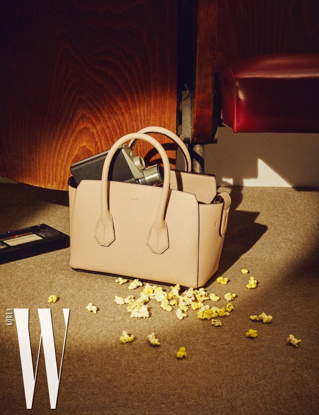 간결한 디자인과 낭만적인 부드러운 색감이 돋보이는 '소메' 백은 Bally 제품.