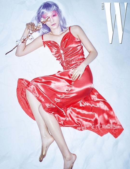 셔링 장식이 독특한 빛나는 광택의 붉은색 슬립 드레스는 Nina Ricci 제품.