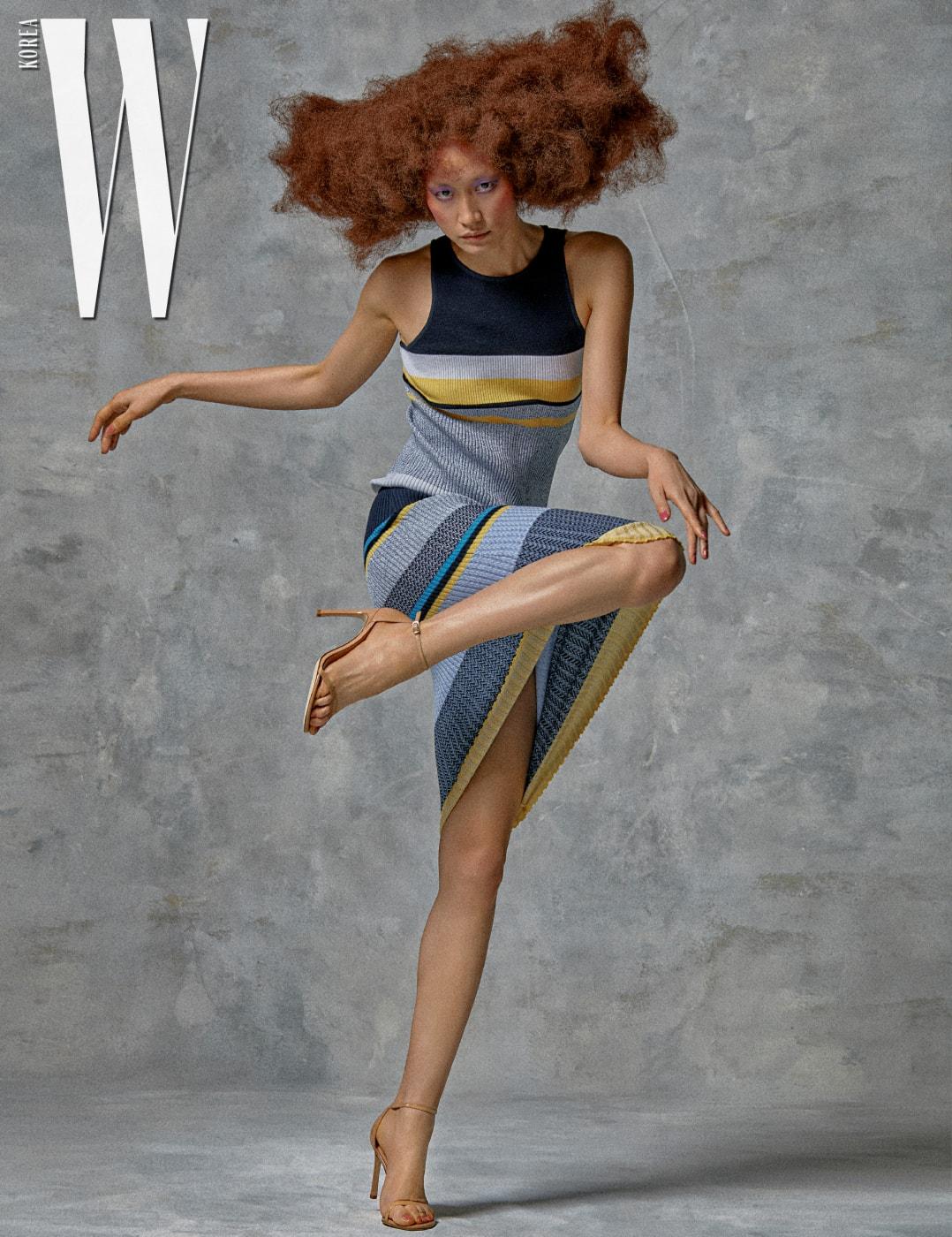 가느다란스트랩이여성스러운느낌을주는 누드컬러샌들은Stuart Weitzman 제품. 줄무늬니트원피스는Victoria Beckham by Super Nomal 제품.