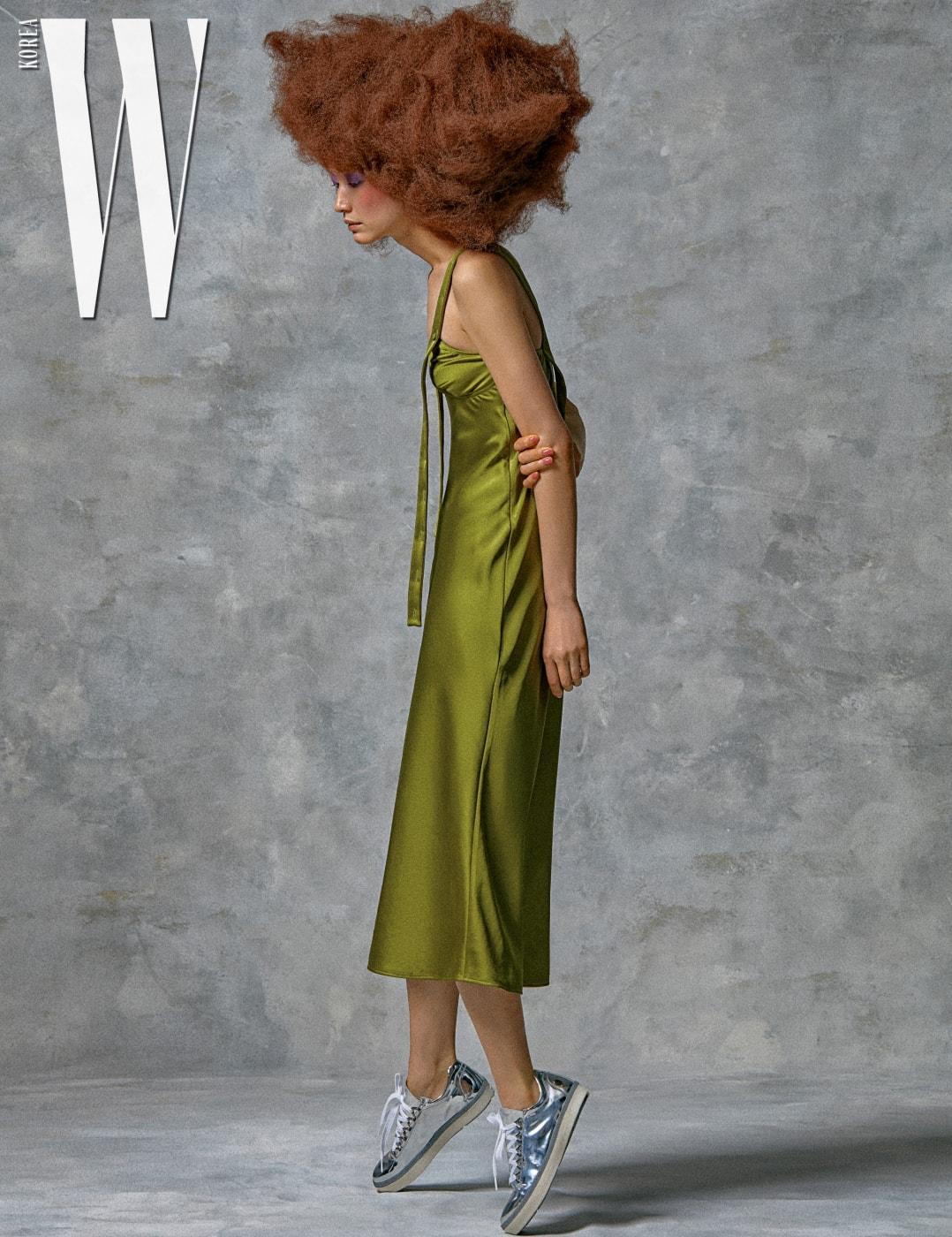 은색스니커즈는Stuart Weitzman 제품. 녹색슬립드레스는Off-White by MyBoon 제품.