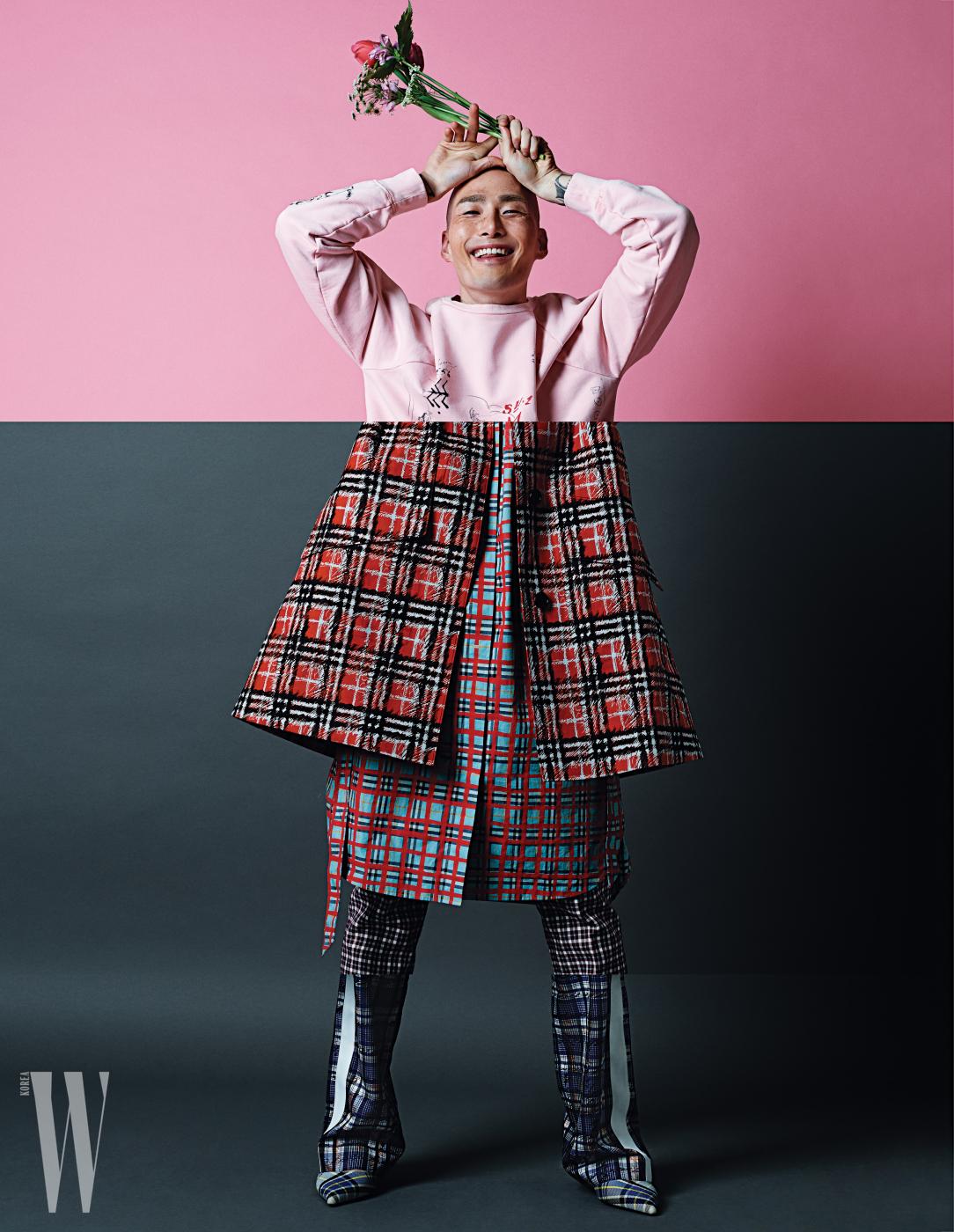 남성 컬렉션의 분홍색 스웨트셔츠, 여성 컬렉션의 체크 셔츠 드레스와 트렌치, 팬츠, 여성 컬렉션의 흰색 라이닝을 더한 팬츠와 체크 프린트 펌프스는 모두 버버리 제품.