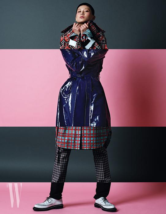 여성 컬렉션의 붉은색 체크 셔츠 드레스와 트렌치, 남성 컬렉션의 푸른색 페이턴트 가죽 트렌치, 여성 컬렉션의 체크 팬츠, 남성 컬렉션의 검은 팬츠와 레이스업 슈즈는 모두 버버리 제품.