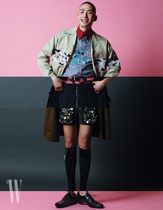 남성 컬렉션의 코믹스 그래픽 트렌치, 붉은색 칼라가 인상적인 코믹스 셔츠, 여성 컬렉션의 핑크 셔츠와 검정 트렌치, 팬츠, 여성 컬렉션의 메탈 장식 팬츠, 트렌치, 니삭스, 남성 컬렉션의 슈즈는 모두 프라다 제품.