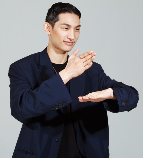 골드 소재의 T 체인 목걸이는 티파니 제품. 8백60만원. 골드 소재의 T 스퀘어 링은 티파니 제품. 1백93만원. 검은색 오버사이즈 재킷, 안에 입은 티셔츠, 팬츠는 발렌시아가 제품. 모두 가격 미정.