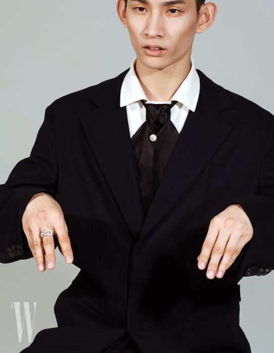 다이아몬드가 촘촘히 장식된 포스텐 링은 프레드 제품. 가격 미정. 검은색 재킷과 칼라가 넓은 화이트 셔츠는 우영미 제품. 모두 가격 미정. 진주 장식이 달린 넥타이는 구찌 제품. 가격 미정.