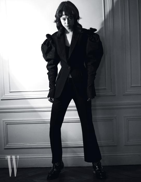 풍성한 볼륨이 들어간 재킷과 팬츠, 주얼 장식 부츠는 모두 Alexander McQueen 제품.
