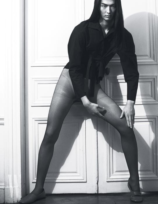 허리끈이 달린 네이비 블라우스와 슈즈는 Lemaire 제품.