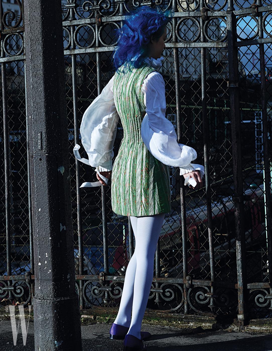 중세풍 블라우스와 자카드 소재 꽃무늬 미니 드레스는 Louise Vuitton 제품.