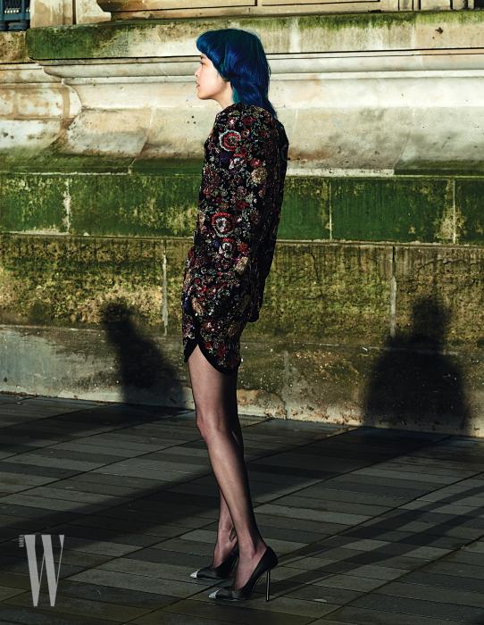 반짝이는 비즈와 자수를 섬세하게 수놓은 미니 드레스와 크리스털 장식 스틸레토 힐 슈즈는 Saint Laurent 제품.