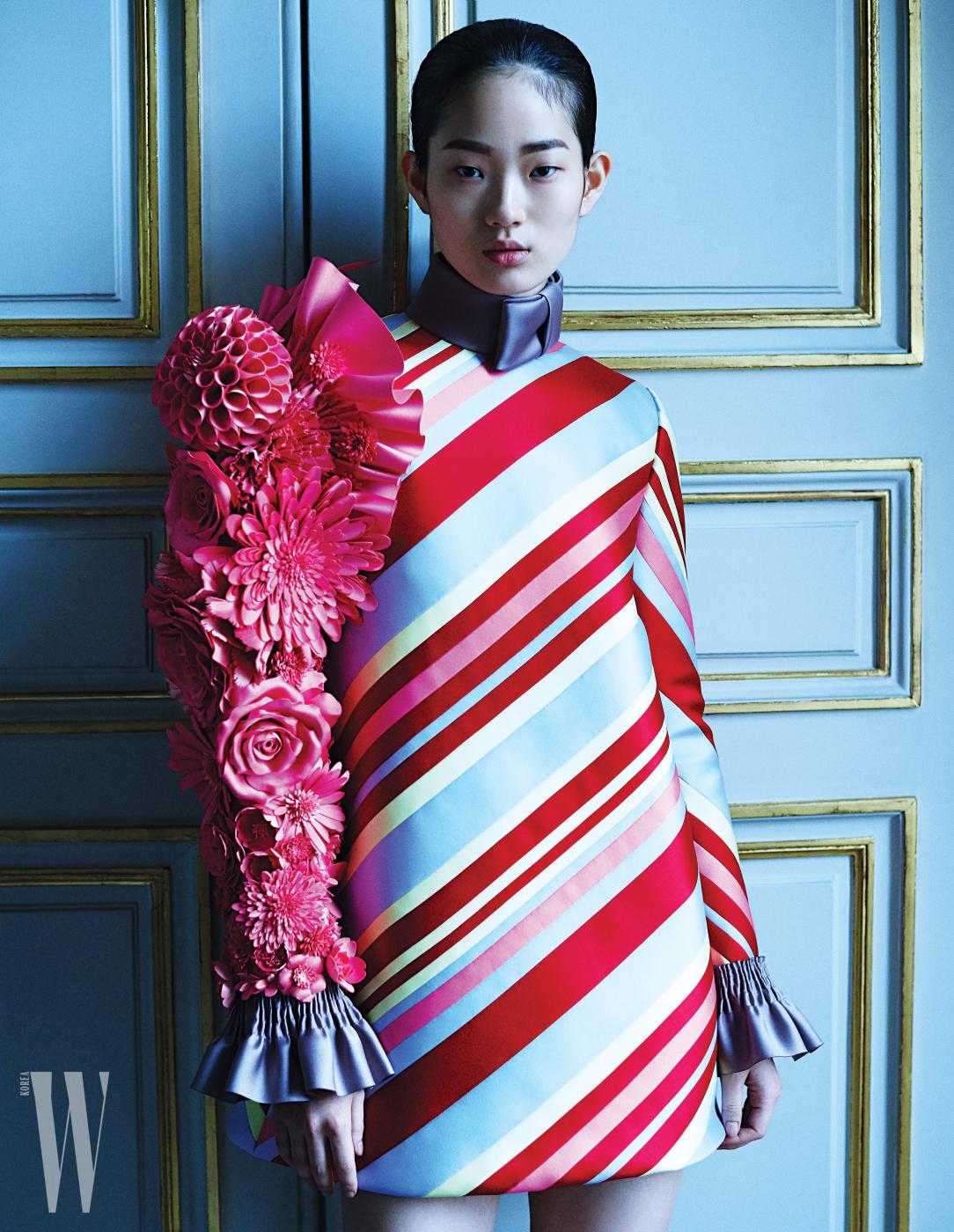 꽃 아플리케 팔 장식 드레스는 Viktor & Rolf 제품.