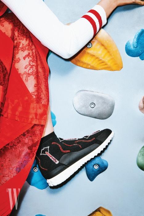 주얼 장식 하이톱 스니커즈는 발렌티노 가라바니 제품. 1 백49만원대. 줄무늬 보디슈트는 가격 미정, 레이스 원피스는 9 백16만원 모두 발렌티노 제품.