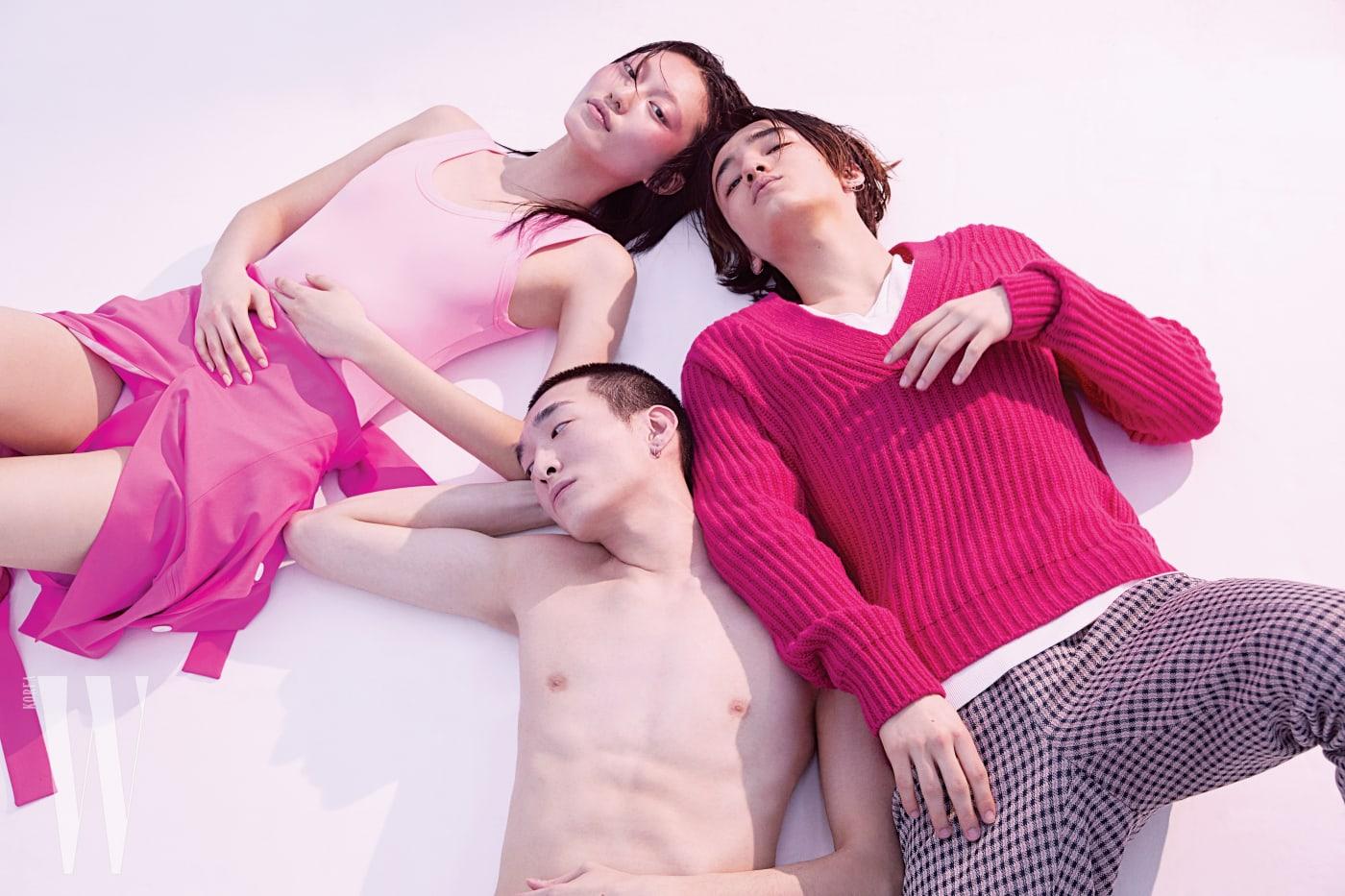 가영이 입은 핑크색 보디슈트는 발렌티노 제품. 가격 미정. 토비가 입은 브이넥 니트는 톰 포드 제품. 1백만원대. 체크무늬 팬츠는 펜디 제품. 가격 미정.