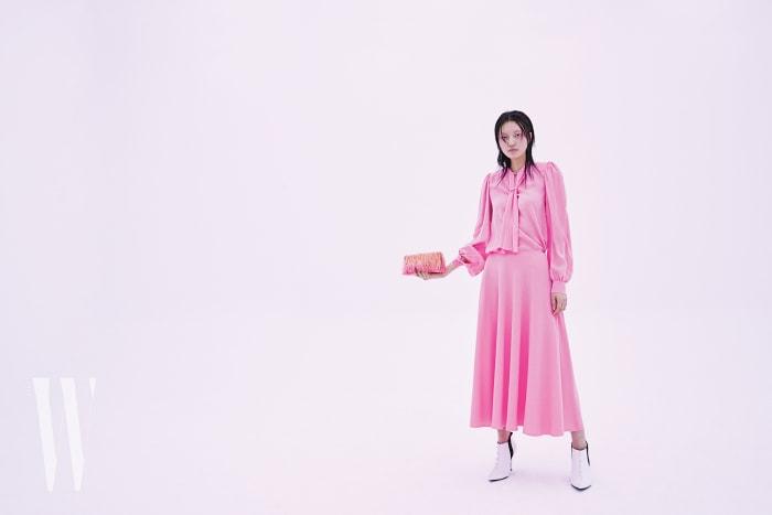 타이 장식 블라우스와 스커트는 마틴 마르지엘라 제품. 각 1백49만원, 97만원. 흰색 앵클부츠는 로에베 제품. 가격 미정. 태슬 장식 클러치는 지미추 제품. 가격 미정.