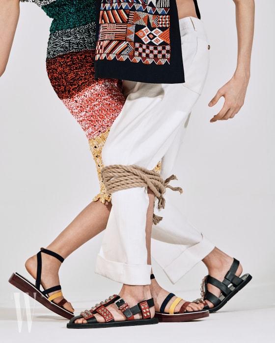 이선정이 입은 줄무늬 니트 드레스는 소니아 리키엘 제품. 가격 미정. 단순한 선과 색으로 이루어진 간결한 플랫 샌들은 에르메스 제품. 가격 미정. 원시적인 패턴의 패치워크 톱은 포츠1961 제품. 가격 미정. 스터드 장식 샌들은 프라다 제품. 1백40만원대.