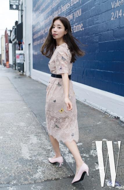 나비 자수 레이스 드레스는 62만9천원, 핑크 펌프스는 29만9천원 모두 질 스튜어트 제품.