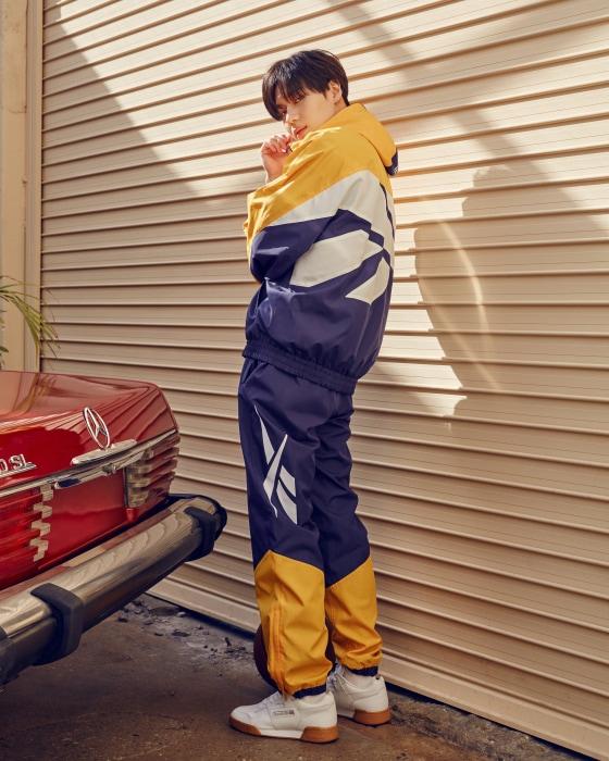 90년대 후반 리복 대표 제품을 복각한 빅벡터 후드 재킷과 트랙 팬츠, 80년대 말의 레트로한 디자인이 매력적인 워크아웃 플러스 슈즈는 모두 Reebok Classic 제품.