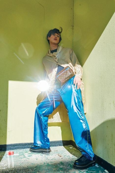 투명한 비닐 코트는 Fendi, 니트 톱과 광택 소재의 트랙 팬츠는 Hermes, 패니팩과 스터드 장식 슈즈는 Louis Vuitton, 안경은 Gentle Monster 제품.