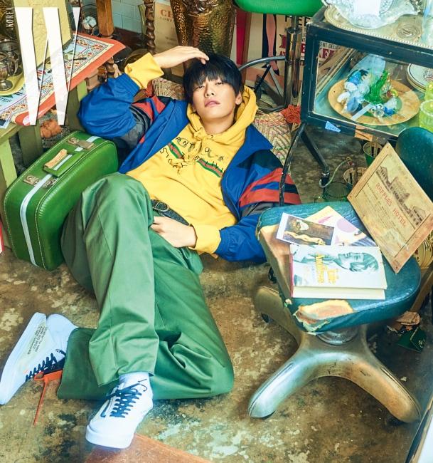 노란색 후디는 구찌, 집업 점퍼와 팬츠는 발렌시아가, 벨트는 디올 옴므 by 존 화이트, 신발은 반스 코스튬 by 프리모 조단 제품.
