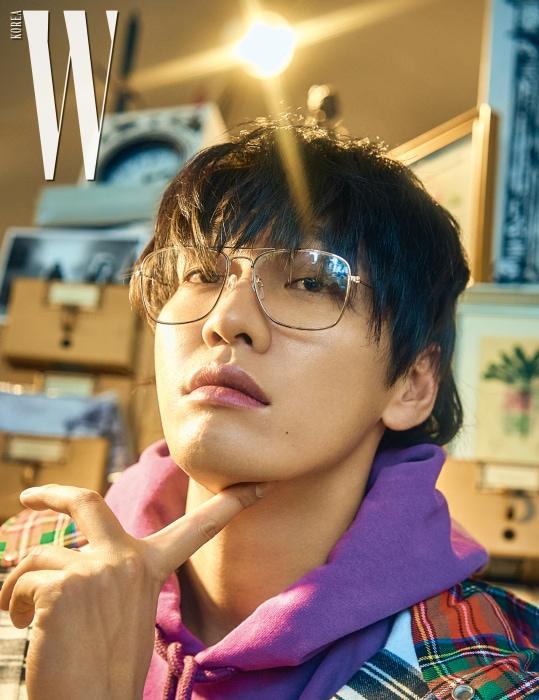 보라색 후디는 오프 화이트 X 챔피온 by 존 화이트, 체크무늬 재킷은 오프 화이트 제품, 안경은 스타일리스트 소장품.