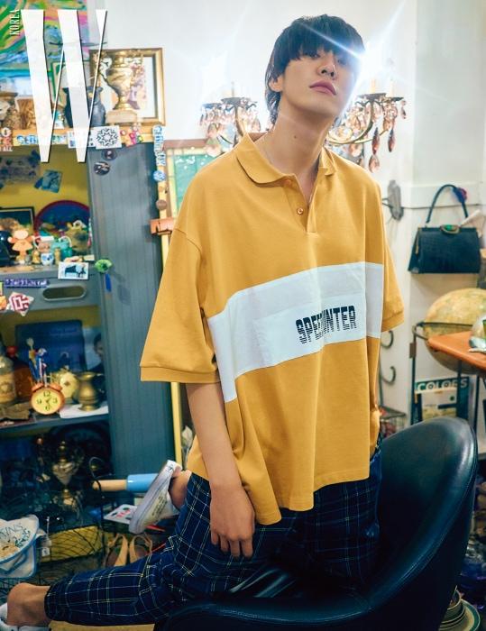 커다란 피케 셔츠는 발렌시아가, 체크무늬 팬츠는 오프 화이트, 신발은 반스 코스튬 by 프리모 조단 제품.