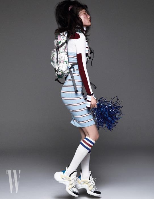 줄무늬 드레스와 스니커즈는 Louis Vuitton, 백팩은 Kolon Sport 제품.