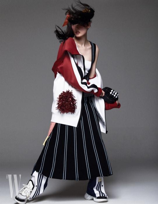 재킷은 Burberry, 줄무늬 드레스는 Bimba Y Lola, 브라톱은 Salvatore Ferragamo, 허리에 묶은 니트 톱은 Ports 1961, 트레이닝 팬츠는 Adidas, 스니커즈와 탁구 세트는 Louis Vuitton 제품.