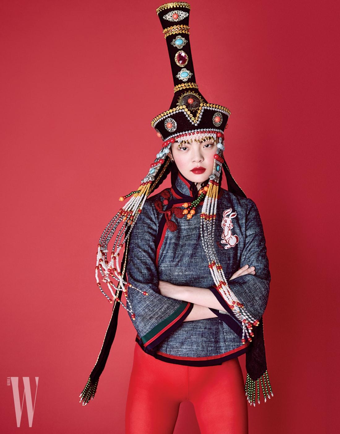 토끼 패치가 장식된 중국풍톱은Gucci 제품.