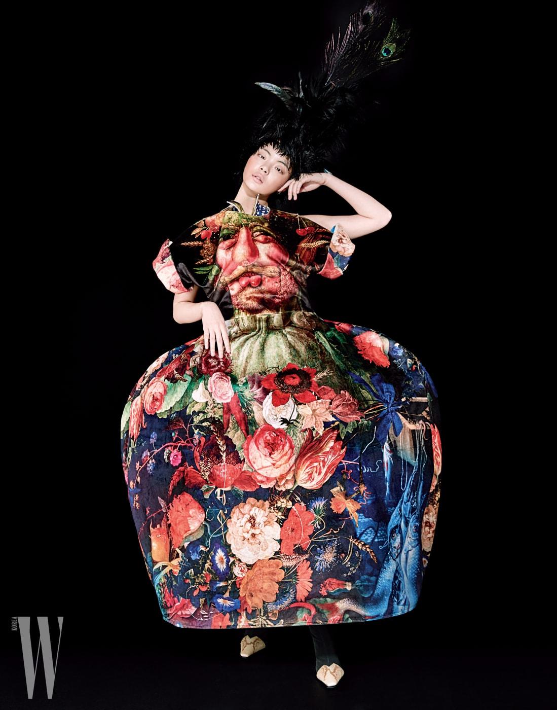 드레스가몸에붙어있는듯한디자인의중세풍드레스는Comme des Garçons, 이그조틱한패턴의앵클부츠는Celine 제품.