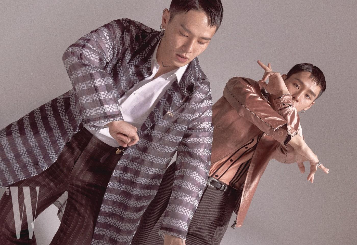 권영돈이 입은 패턴 프린트의 시스루 코트와 화이트 셔츠, 줄무늬 팬츠, 서스펜더는 모두 펜디 제품. 권영득이 입은 핑크색 블루종과 셔츠, 줄무늬 팬츠, 벨트는 모두 보테가 베네타 제품.