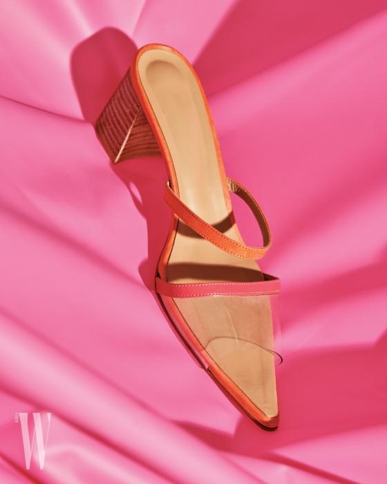 핑크색 스트랩과 투명 비닐이 어우러진 뮬은 렉토 제품. 26만8천원.