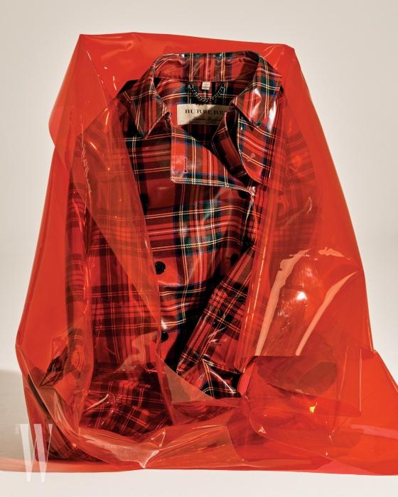 체크 패턴 빨강 트렌치코트는 버버리 제품. 3백만원대.
