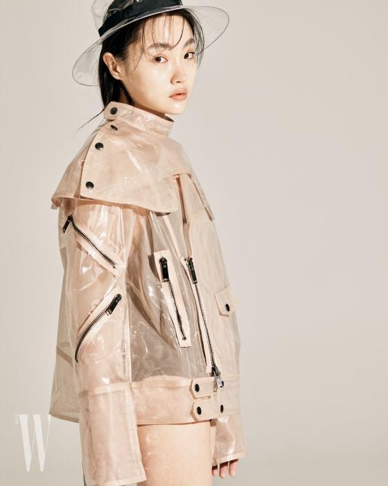 연한 분홍색 PVC 케이프 재킷은 발렌티노 제품. 4백만원대. 투명한 비닐 모자는 샤넬 제품.