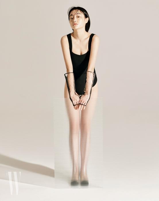 검은색 원피스 수영복은 앤아더스토리즈 제품. 7만9천원. 투명한 핑거리스 장갑과 투명 비닐 부츠는 샤넬 제품. 가격 미정.