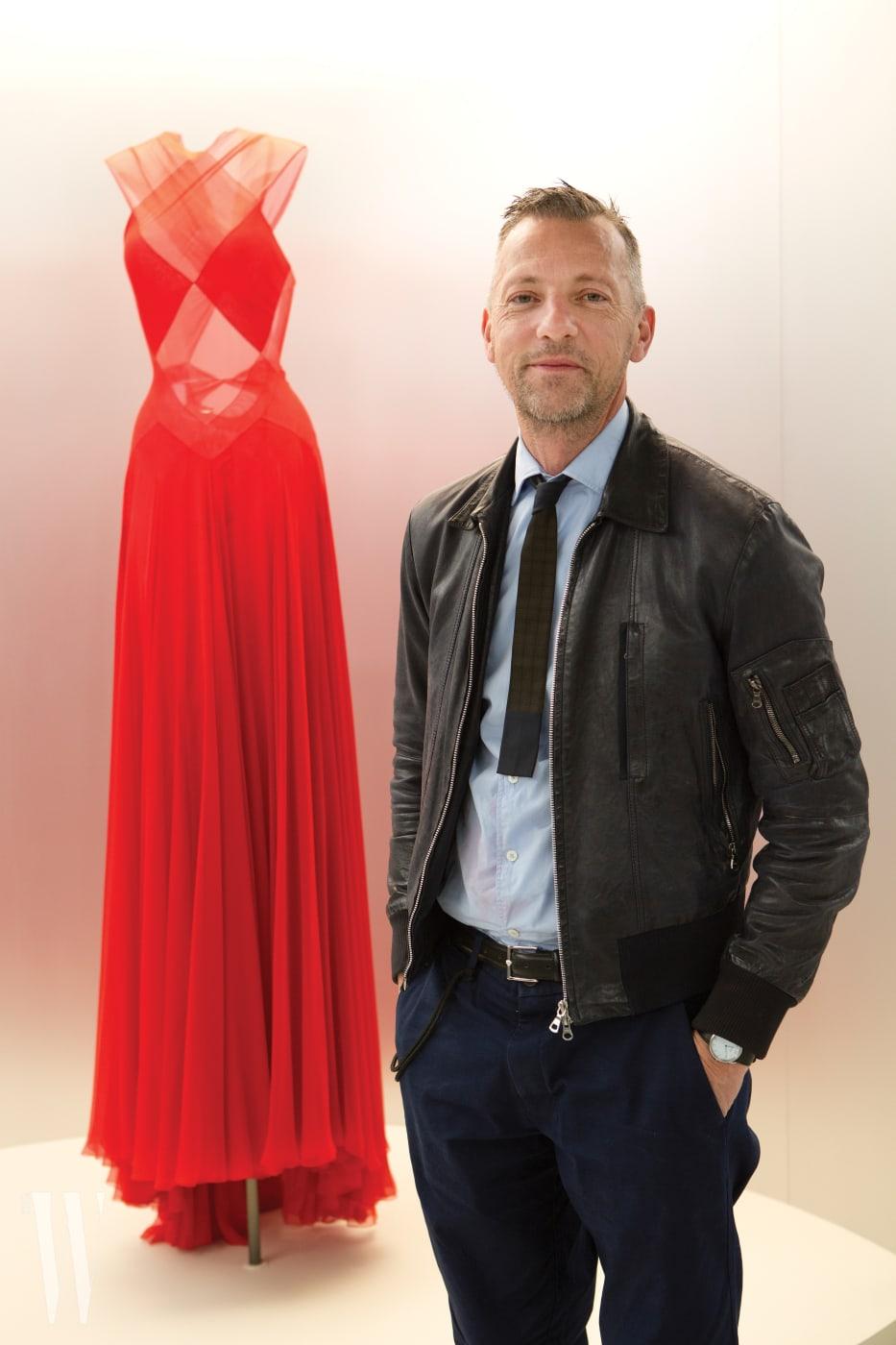 아제딘 알라이아 회고전에서 만난 전설적인 패션 큐레이터, 올리비에 사이야르.