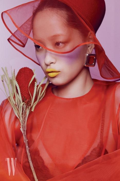 빨간색 오간자 드레스는 Kimhekim, 오간자 모자는 YCH, 사각형 모양의 귀고리는 1064 Studio 제품.
