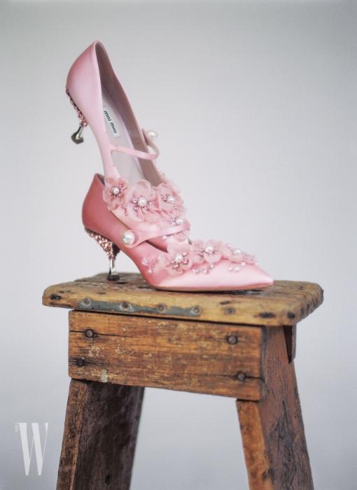 입체적인 꽃을 장식한 분홍색 구두는 미우미우 제품. 1백40만원대.