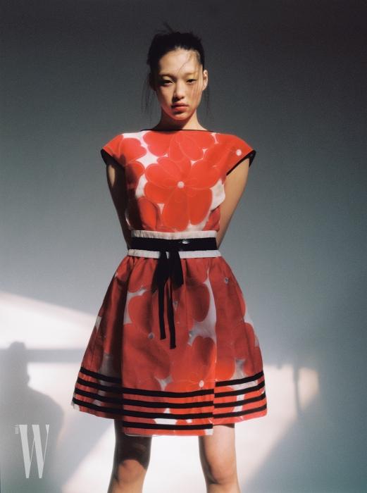 커다란 붉은색 꽃송이가 그려진 드레스는 조르지오 아르마니 제품. 가격 미정.