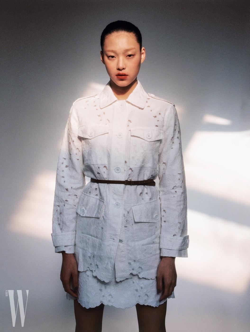 꽃무늬 아일릿 흰색 사파리 재킷 65만원, 스커트 35만원, 벨트 가격 미정, 모두 마이클 마이클 코어스 제품.